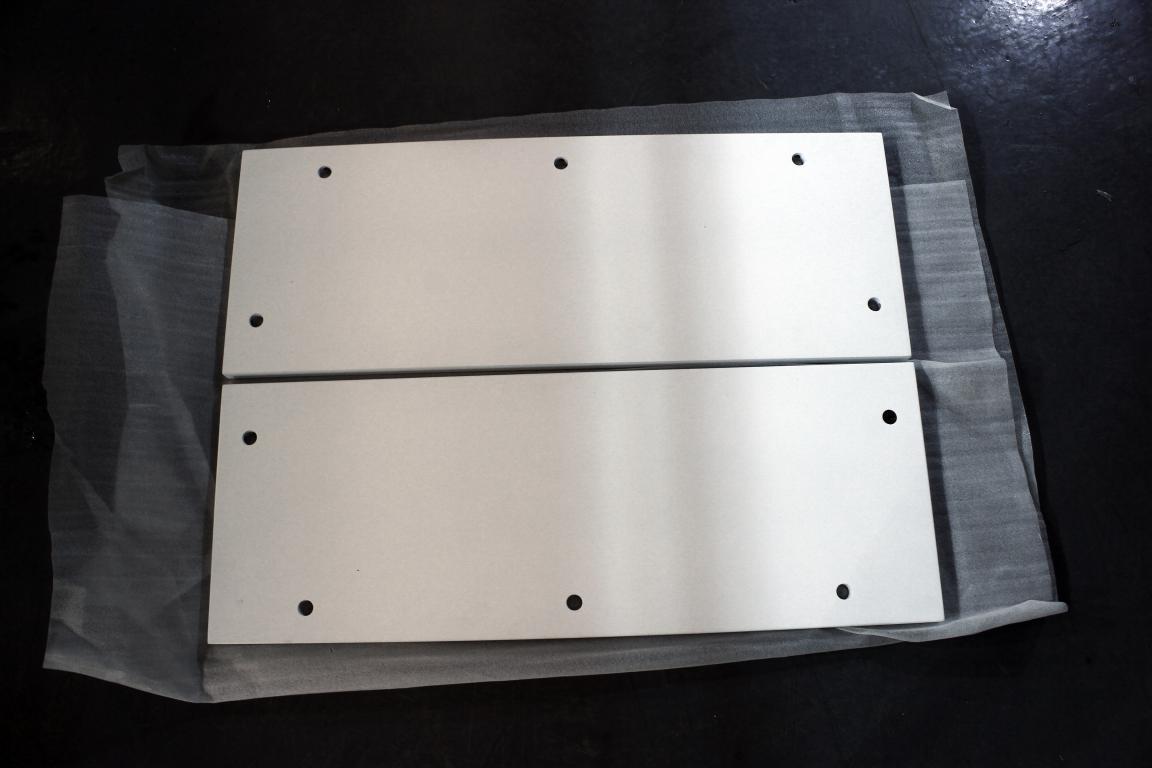 酷诺鱼缸底柜素材配置: 1、使用密度板材生产 2、使用樱花油漆里外烤漆,更能让客户感受家居生活,碰水不易破裂。 3、使用高精度设备生产,使产品组装更加容易方便。 4、可定做各种尺寸(风水尺寸)。 5、颜色:黑 白 灰 红木 酷诺鱼缸底柜安装步骤: 1、先找出四根底条上好螺丝  2、把底条有垫脚的朝下安装  3、找出底板安装好螺丝  4、安装好后再翻回来把底板螺丝装好  5、再找出两块后板  6、再把后板对孔安装好  7、再找出两块侧板其中一块安装好螺丝  8、装好螺丝后把侧板安装好  9、再找到盖板装好螺